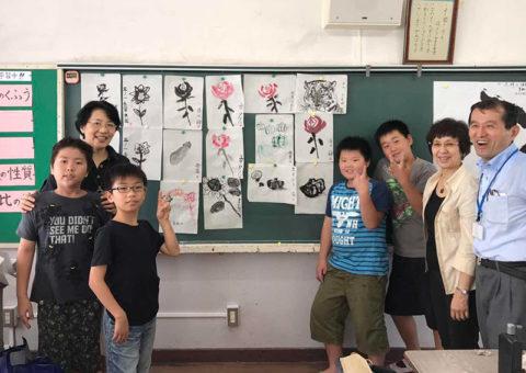 MAKYO芸術協会の水墨画ボランティアチームと小学校を訪問。(2017年)