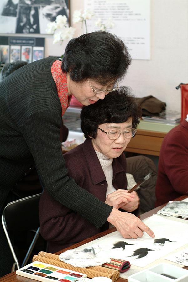 教室で教える王荻地